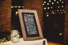 Quầy rượu bia với bảng viết tay rất nghệ thuật do Nicole, bạn của Đan Chi thực hiện - photo credit: Kym Ventola